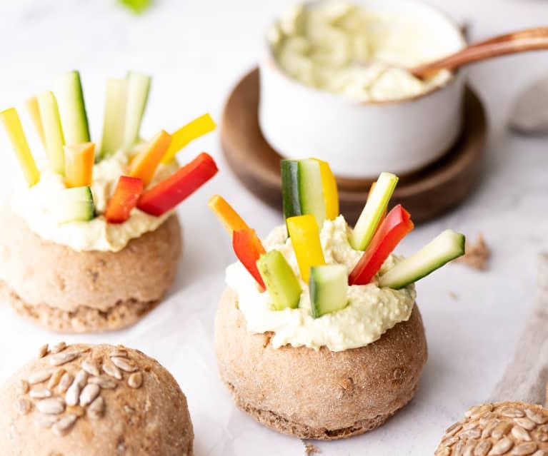 Celozrnné bulky se zeleninovými tyčinkami a dipem