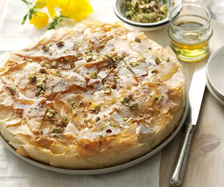 Griechische Bougatsa mit Honig und Pistazien