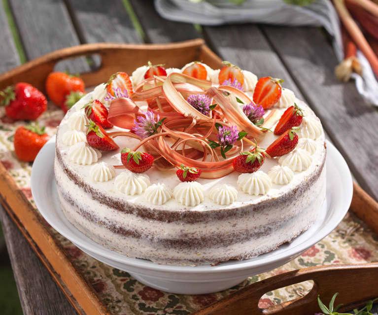 Erdbeer-Rhabarber-Torte mit Schokoladenbiskuit und Mascarpone-Topfencreme
