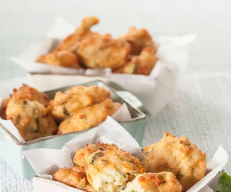 Buñuelos de calabacín, queso feta y menta