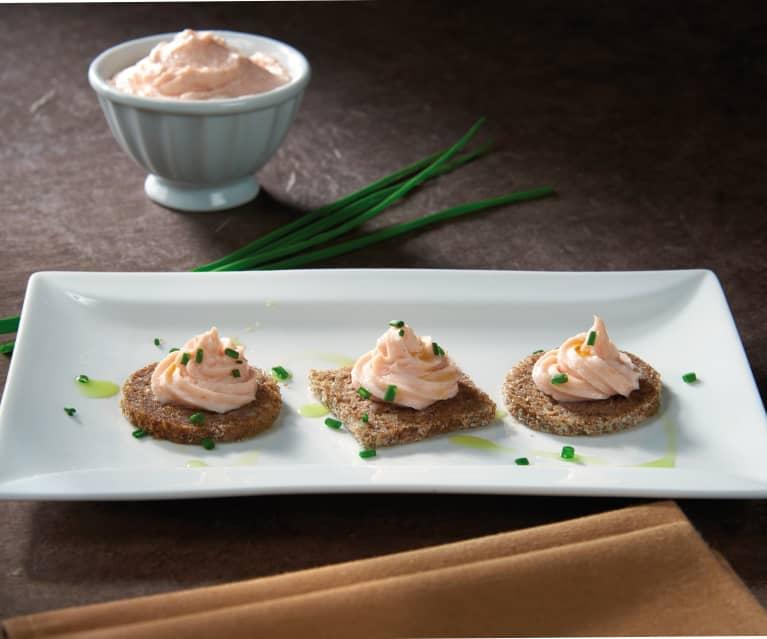 Mousse di salmone su tartine di segale