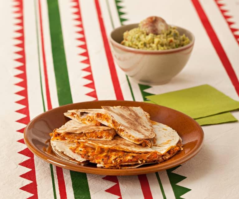 Gefüllte Tortillafladen mit Hähnchen, Tomate und Koriander