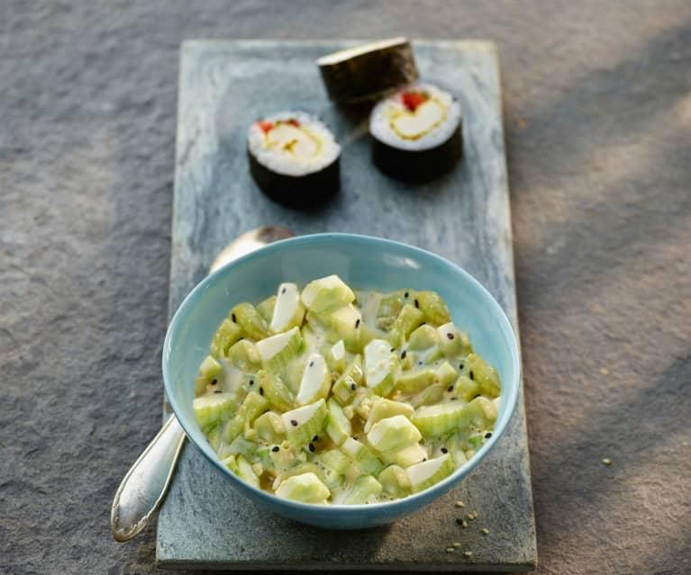 Sesam-Gurken-Salat als Sushi-Beilage