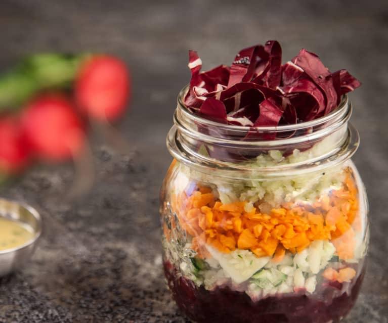 Ensalada de verduras en tarro crudivegana