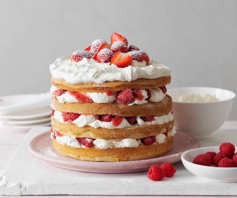 Vrstvený dort s jahodami a šlehačkou