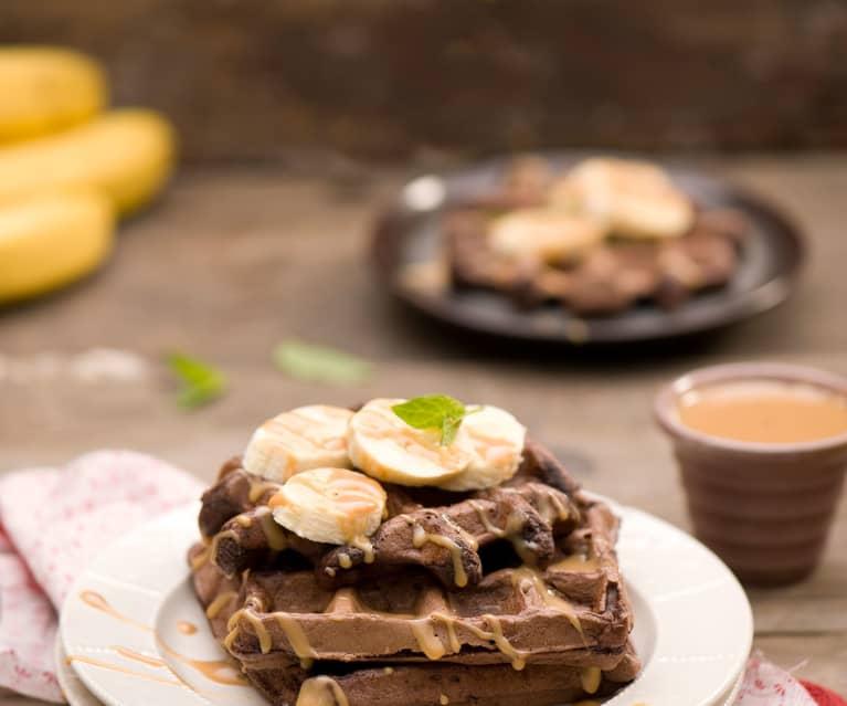 Gofry czekoladowe z sosem toffi i bananami