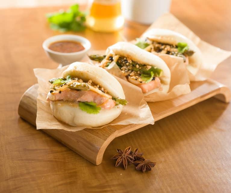 Bao buns con salmón y espárragos