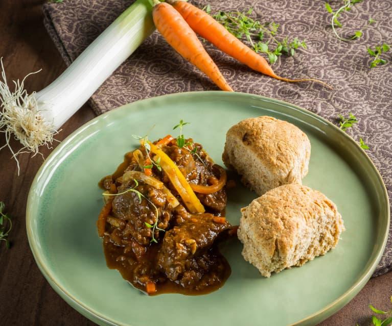 Jelení ragú s kořenovou zeleninou a pórkové buchty