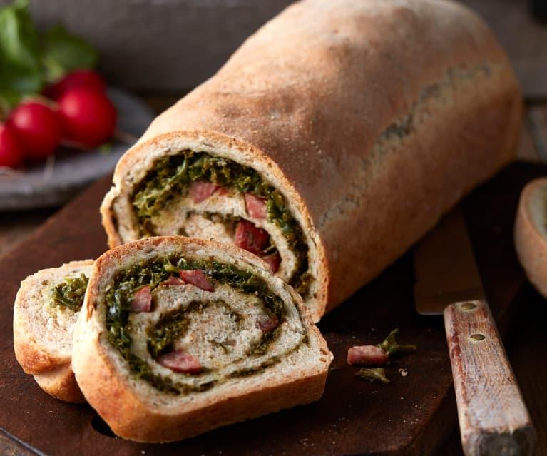 Dinkel-Grünkohl-Brot mit Mettwürstchen