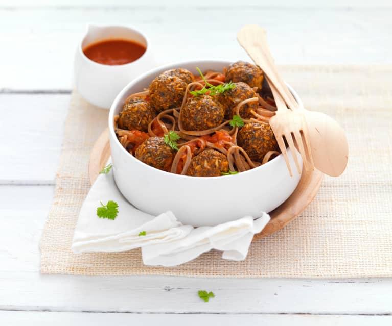 Nouilles à la sauce tomate et boulettes d'aubergine aux graines de chia