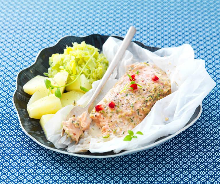 Salmone al cartoccio con salsa al melograno, fonduta di porri e patate al vapore