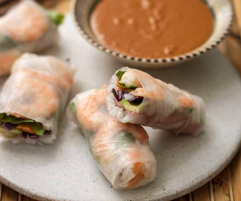 Letnie rollsy z sosem z orzeszków ziemnych