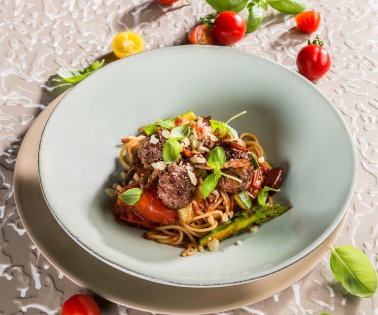 Spaghetti mit Gemüse-Sugo und Fleischbällchen