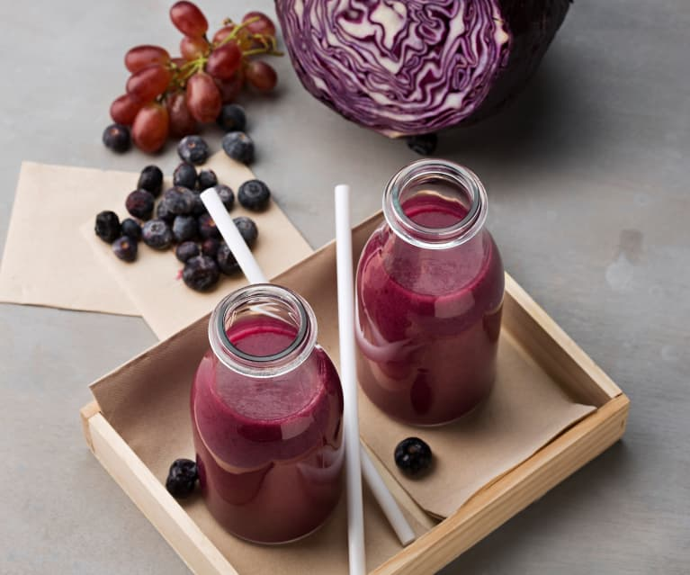 Smoothie morado de uvas, lombarda y arándanos