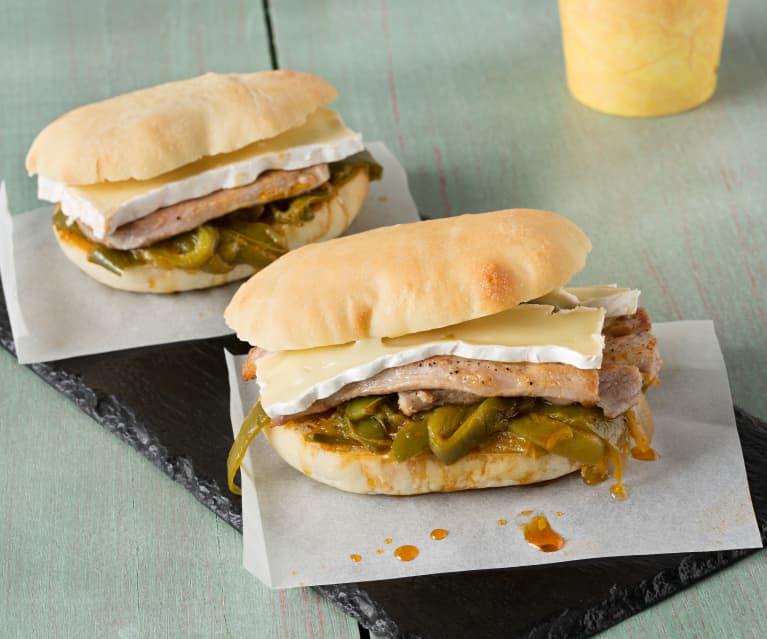Molletes de solomillo ibérico, queso camembert y pimientos
