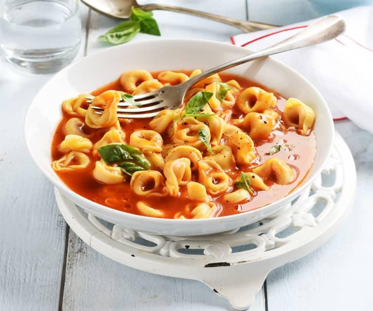 Tortellini au bouillon, tomate et basilic