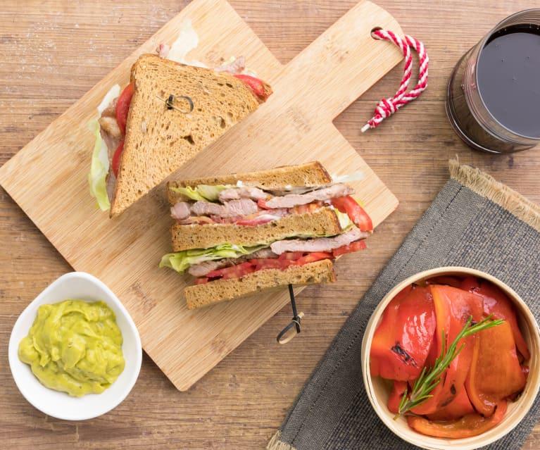 Club Sandwich agnello e pomodori con peperoni e guacamole