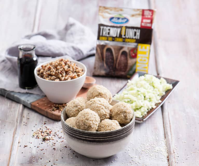 Trendy Lunch (quinoa trio, cukinia, pomidory)  z pulpetami z indyka i surówką