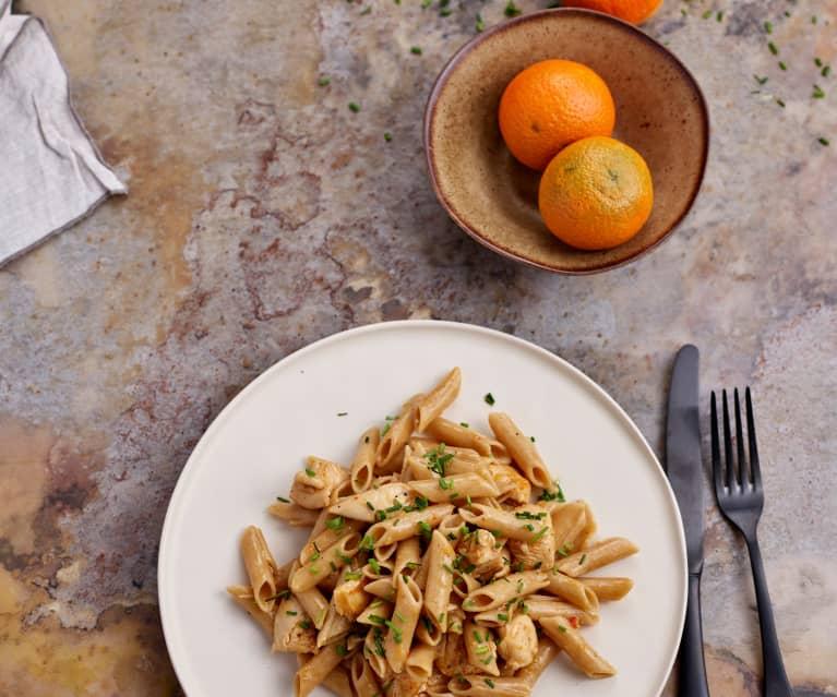 Penne integral com frango e molho de laranja