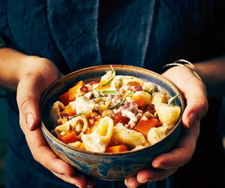 One pot pasta à la courge, lardons et noisettes