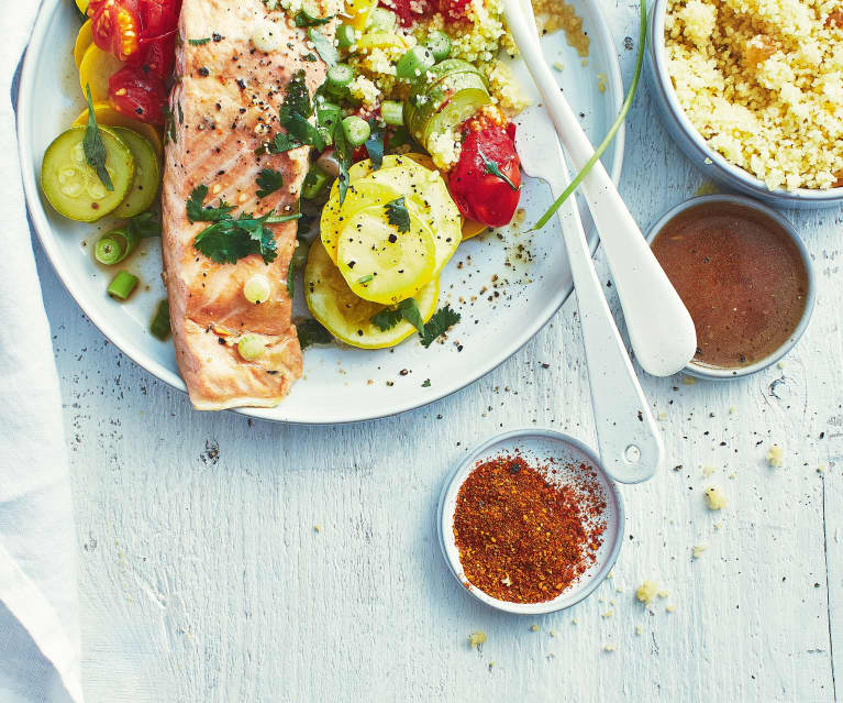 Saumon mariné, semoule épicée et légumes