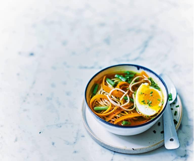 Bouillon au miso, œuf et petits légumes