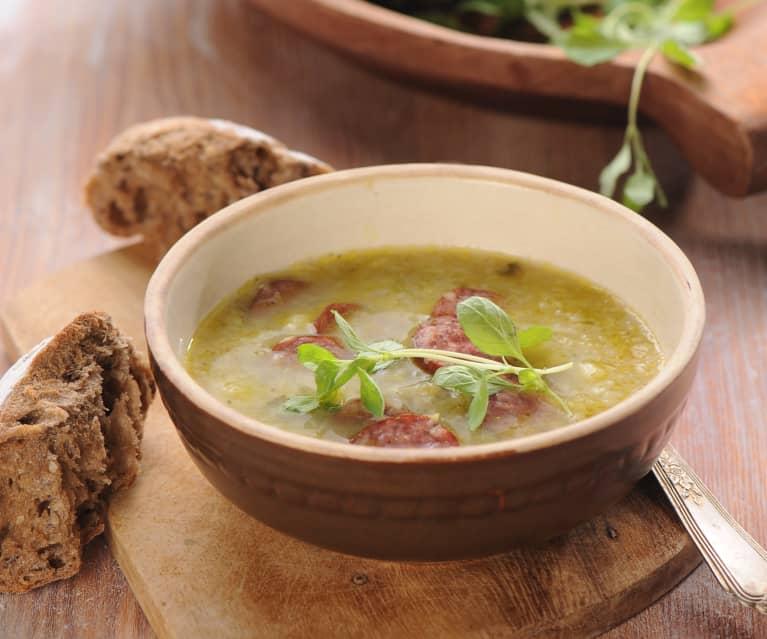 Kapustová polévka s pálivou klobásou