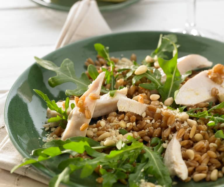 Špaldový salát s kuřecím masem a mandlemi