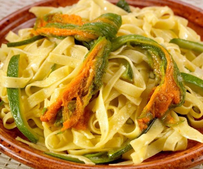 Frische Nudeln mit Zucchini-Blüten