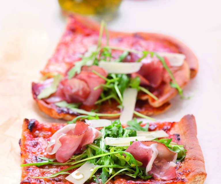 Pizza z szynką parmeńską i rukolą